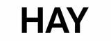 HAY wurde 2002 mit dem Ziel gegründet, zeitgemäße Möbel zu schaffen, bei denen eine anspruchsvolle industrielle Fertigung zum Einsatz kommt, um die Bedürfnisse des modernen Lebens zu befriedigen. Dieses grundlegende Ziel bleibt bis heute unsere Mission: Durch unser Engagement für die Gestaltung und Produktion von Möbeln, Leuchten und Accessoires mit internationaler Ausstrahlung bemühen wir uns, gutes Design einem möglichst großen Publikum zugänglich zu machen. Inspiriert von den stabilen Strukturen der Architektur und der Dynamik der Mode kombiniert HAY die Werte beider Branchen zu langlebigen Qualitätsprodukten, die dem Benutzer einen Mehrwert bieten. Die Vision von HAY ist es, in Zusammenarbeit mit einigen der talentiertesten, neugierigsten und mutigsten Designern der Welt ein geradliniges, funktionales und ästhetisches Design zu schaffen. Dies hat zu vielen fruchtbaren Kooperationen geführt, und im Jahr 2018 hat sich HAY mit dem amerikanischen Möbelunternehmen Herman Miller zusammengetan, um ein exzellentes Design für eine Vielzahl von Kunden und Kontexten zu liefern. Die About-Serie ist die vielseitigste Möbelserie von HAY. Es begann mit einem Stuhl und entwickelte sich zu einer Serie mit nahezu unbegrenztem Potenzial. Mit der About-Reihe hat der Designer Hee Welling bewiesen, dass eine einzige überzeugende Idee eine Fülle von Entwicklungsoptionen bietet. Heute umfasst die Serie Ess- und Konferenzstühle, Barhocker, Lounge Sessel, Tische, einen Fußhocker und als neueste Ergänzung ein Sofa. Sie eignen sich gleichermaßen für private und öffentliche Bereiche. Die About-Reihe ist ein echter Pragmatiker, der sich je nach der ihm zugewiesenen Aufgabe mischen oder hervorheben kann. Die vielen Farb-, Polster- und Rahmenoptionen sind ein besonders starkes Merkmal des Designs ohne das Grundkonzept zu beeinträchtigen.